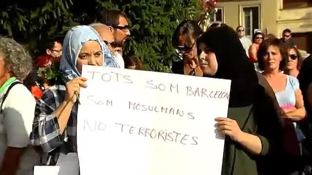 Centenars de persones es manifesten contra el terrorisme a Ripoll