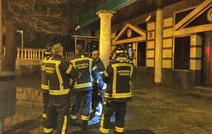 Bomberos ante la discoteca de Carabanchel cuyo techo se ha desplomado.