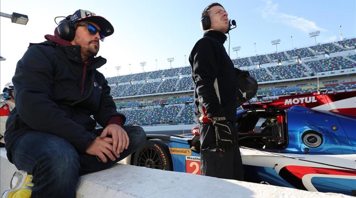 Fernando Alonso observa los entrenamientos de otro compañero en Daytona.