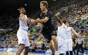 Abromaitis, del Tenerife, supera a los madridistas Tavares y Thompkins en una acción del partido
