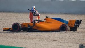 Alonso sale del coche en Montmeló tras perder una rueda.
