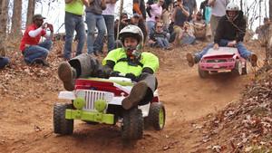 Participantes divirtiéndose en la Barbie Jeep Racing