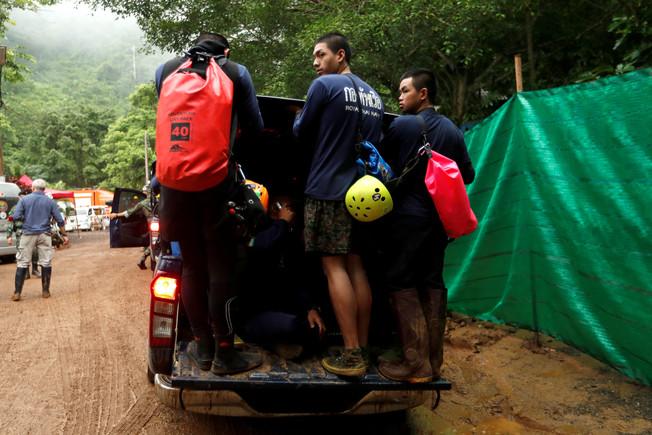 Llegada de los buceadores de Tailandia a la cueva para rescatar a los niños