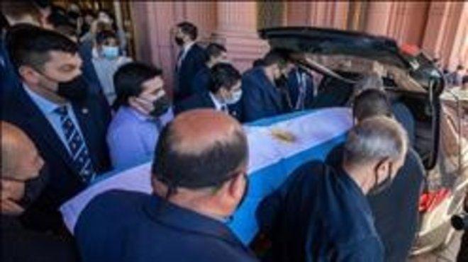 Maradona pudo golpearse en el lado opuesto de la operación