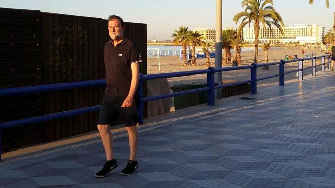 Sense corbata i després d'un passeig de platja: així ha sigut el primer dia de feina de Rajoy