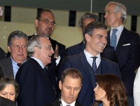 El presidente del Gobierno, Pedro Sánchez, junto al presidente del Real Madrid, Florentino Pérez.