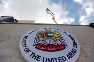 La bandera de Emiratos Arabes UnidosEAUondea durante la reapertura de su embajada en DamascoSiriaEl encargado de negocios de EAU en DamascoAbdulhamid Nuaimiinvito a otros paises a sumarse a la reapertura de sus embajadassiguiendo el ejemplo de su paisEFE Youssef Badawi