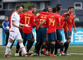 Los jugadores de España, al fondo, celebran uno de los goles en las Islas Feroe.