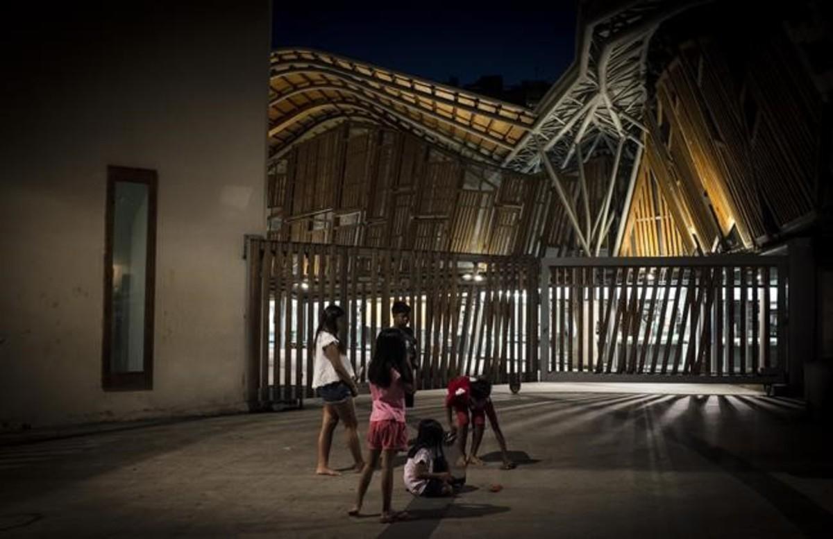 Unos niños juegan frente a las ruinas acristaladas del convento (demoniaco, dicen) deSanta Caterina.