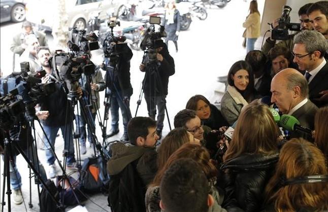 El abogado de la infanta Cristina, Miquel Roca, a las puertas de su despacho, este viernes.