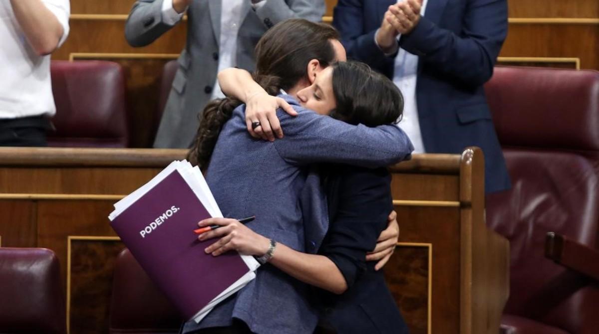 Pablo Iglesias e Irene Montero se abrazan tras la intervención del líder de Podemos en la moción de censura en el Congreso.