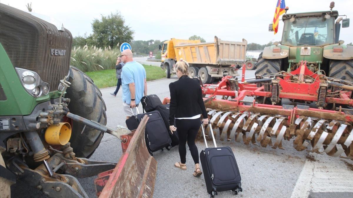 El acceso al aeropuerto de Girona, en Riudellots de la Selva, permanece cortado por el día de paro. Aquellos que desean viajar deben llegar a pie.