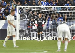 Los jugadores del Real Madrid se lamentan tras perder en Vitoria.