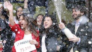 Alegría por el gordo de la Lotería de Navidad en una administración de Madrid.