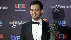 Alejandro Amenábar, con el Goya que ganó en el 2010.