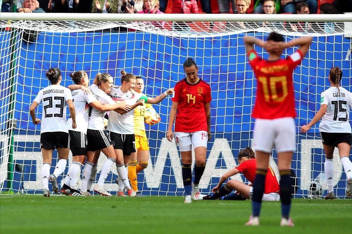Alemania celebra el único tanto del partido mientras las jugadoras españolas se lamentan
