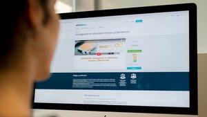 Un alumno realizando un curso en línea de la plataforma Miríadax.