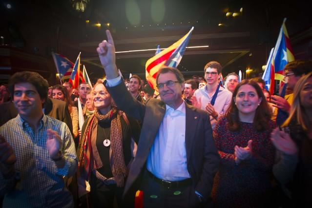 Artur Mas, en la fiesta de las juventudes de CDC y Unió, en la sala Luz de Gas de Barcelona, anoche.