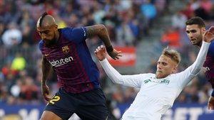 Arturo Vidal se disputa el balón con Gaku Shibasaki en el duelo entre el Barça y el Getafe.