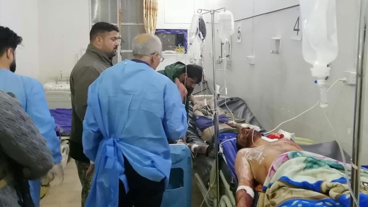 Heridos en el ataque de EEUU son atendidos en el hospital de Qaim, en Irak.