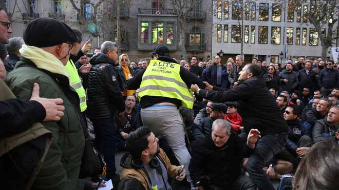 Aumenta la tensión entre los taxistas en huelga en Barcelona.