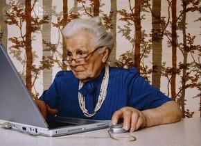 Una señora mayor utilizando el ordenador.