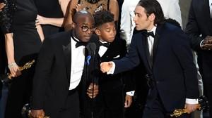 Barry Jenkins (izquierda) y miembros del equipo de Moonlight celebran el Oscar a la mejor película.