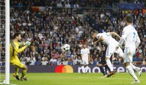Benzema cabecea en la gran ocasión desperdiciada por el francés ante Lloris.