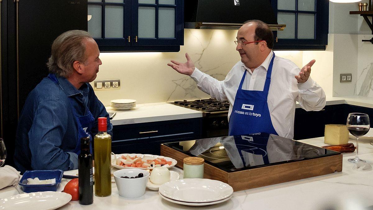 Bertín con Miquel Icetas, en la cocina.