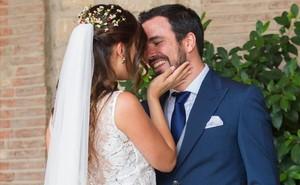 Alberto Garzón y Anna Ruiz se hacen arrumacos a la entrada de las Bodegas Riojanas, donde han celebrado su enlace.
