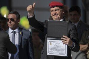 El presidente de Brasil, Jair Bolsonaro, recibiendo un homenaje.