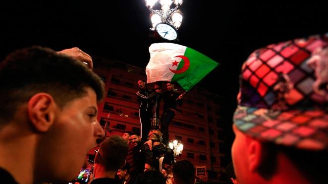 Buteflika renuncia a la reelección y abre paso a la incertidumbre en Argelia. En la foto, un grupo de argelinos celebra en las calles de Argel la decisión de Buteflika de no volverse a presentar como candidato a la presidencia del país.