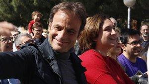 El candidato de los 'comuns', Jaume Asens, y la alcaldesa de Barcelona, Ada Colau.