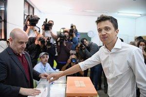 El líder de Más Madrid, Iñigo Errejón, deposita su papeleta en un centro electoral en el centro de Madrid en el 28-A.
