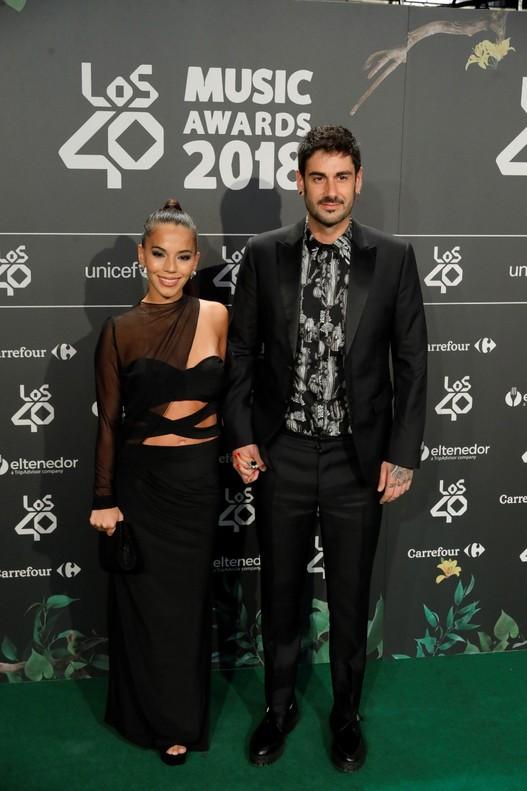 El cantante Melendi, junto a Julia Nakamatsu, posando a su llegada a la cena de Nominados de Los 40 Music Awards.