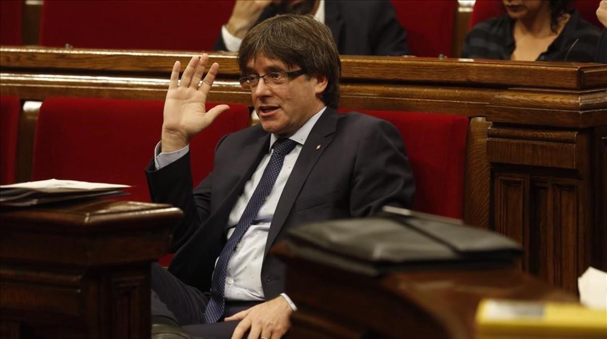 El presidente de la Generalitat, Carles Puigdemont, durante el debate de la cuestión de confianza en el Parlament.