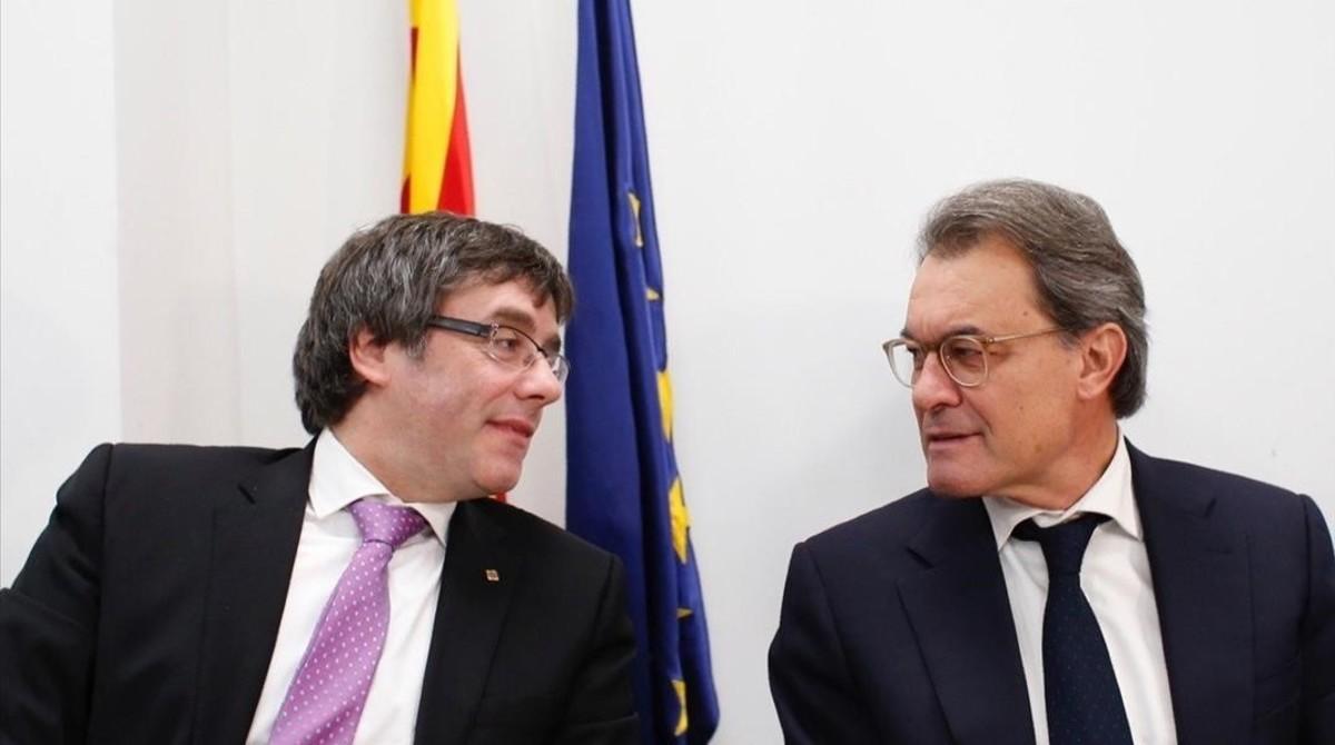 El 'president' Carles Puigdemont y el 'expresident' Artur Mas, en la sede del PDECat en Barcelona.