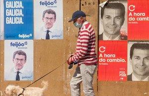 Carteles electorales en Burela, en la comarca de A Mariña (Lugo)