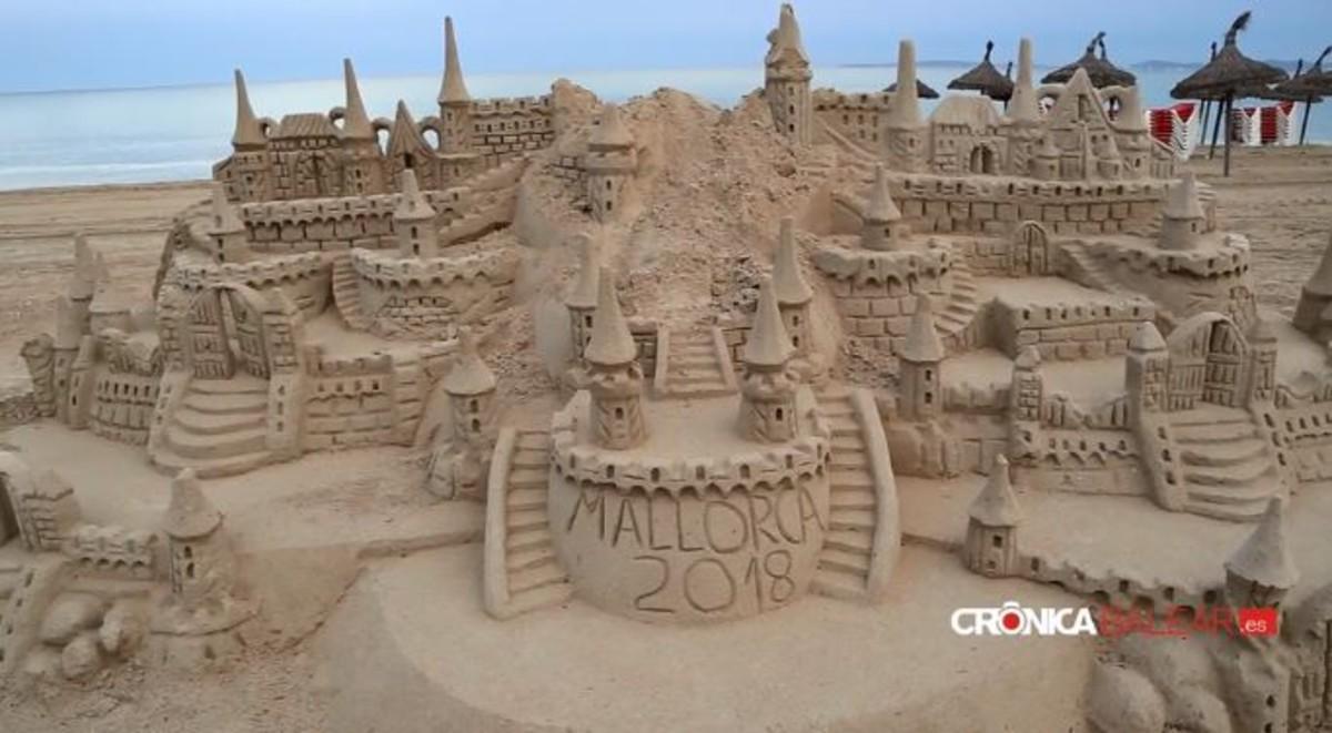 Clava un rastrillo a un turista por destrozarle un castillo de arena en Palma