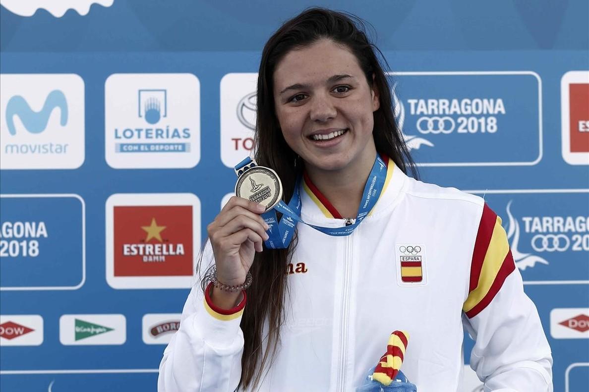 Catalina Corró muestra la medalla de 400 estilos lograda en Tarragona