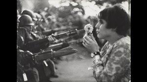 'La chica con la flor' (1967), de Marc Ribaud, simbolo del pacifismo, en la muestra 'Cámara y ciudad'.