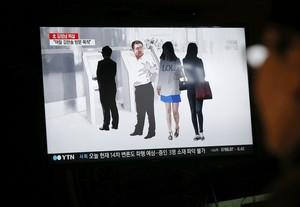 Un ciudadano surcoreano observa un informativo en la televisión que trata sobre la muerte de Kim Jong-nam.