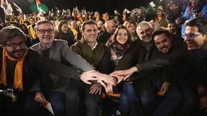 Inés Arrimadas, Albert Rivera y otros dirigentes de Ciudadanos, en el mitin final de campaña.