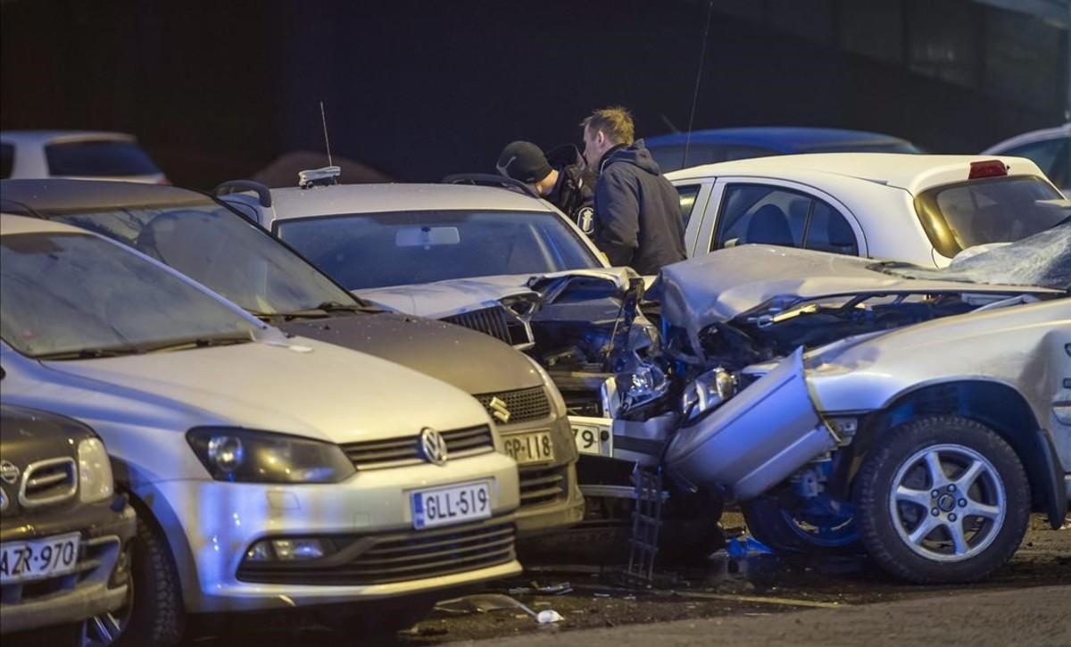 El coche que ha embestido a un grupo de gente en una calle de Helsinki.