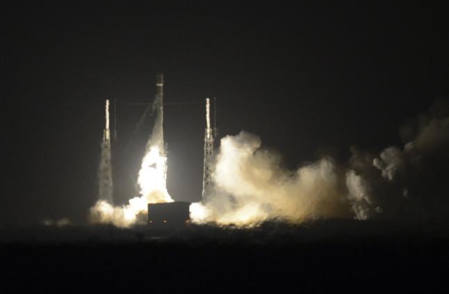 El cohete Falcon 9 de SpaceX despega en Cabo Cañaveral, este lunes.