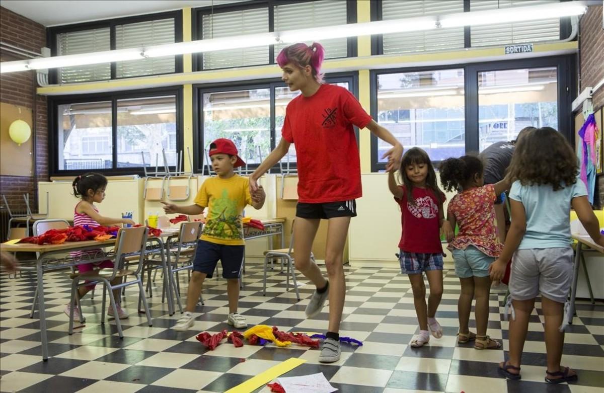 Campamentos urbanos en el colegio público Baró de Viver, en Barcelona.