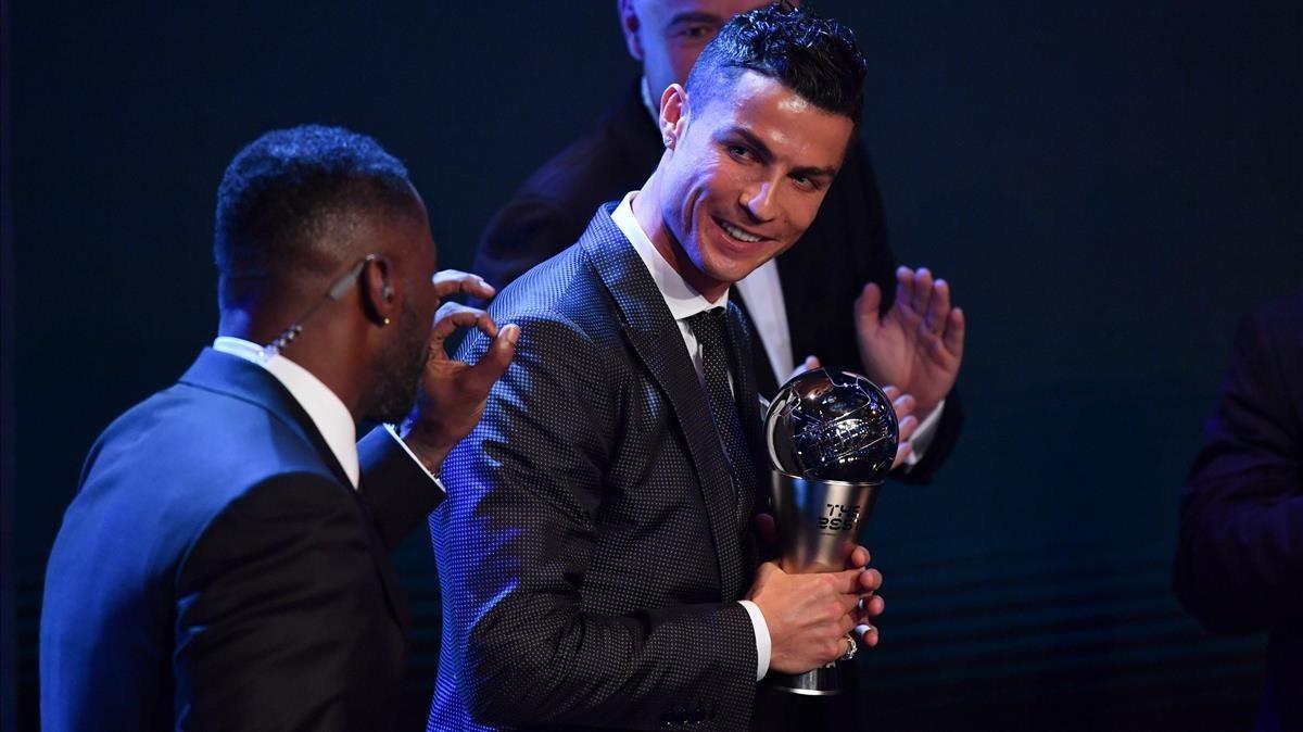 Cristiano Ronaldo, con el trofeo The Best que otorga la FIFA al mejor del 2017, el pasado 23 de octubre.