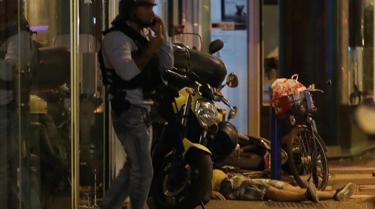 Un cuerpo sin vida yace en el suelo tras el atropello masivo en Niza, este jueves.