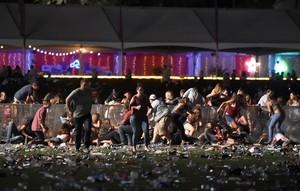 Decenas de personas corren tras el tiroteo en el festival Route 91 Harvest, este domingo en Las Vegas.