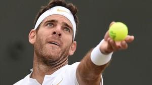 Del Potro saca ante Simon, en Wimbledon.